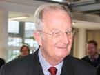 Der 74jährige Monarch zeigt reges Interesse. Astronaut Frank De Winne beantwortet ihm unzählige Fragen.