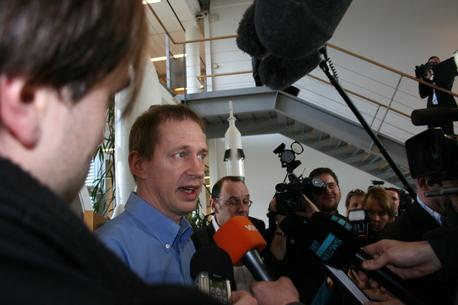 Kaum sind die Absperrungen aufgehoben, umlagern Journalisten den Astronauten Frank De Winne.