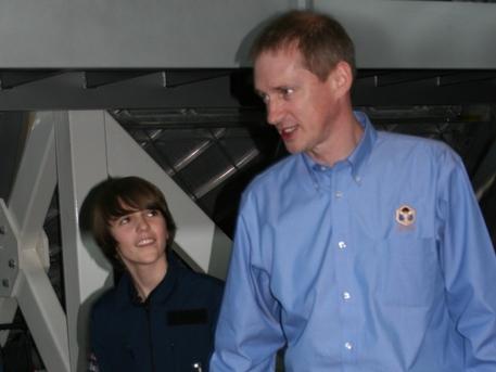 Kinderreporter Yorick hat den großen Coup gelandet: Die Königin und der Astronaut lassen sich gerne persönlich von ihm interviewen. Kumpelhaft legt ihm der Raumfahrer eine Minute später den Arm auf die Schulter.