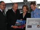 Der König wirkt ehrlich begeistert über die Geschenke, die ihm ESA-Generaldirektor Jean-Jacques Dordain (links) und Frank De Winne (rechts) überreichen.