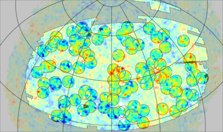 Diese Grafik zeigt die Position von Leerräumen (blaue Kreise) und von Superhaufen (rote Kreise) über der Stärkeverteilung der Kosmischen Hintergrundstrahlung