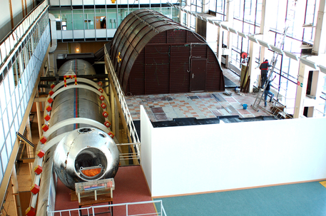 Die Mars500-Isolationskammer im IBMP in Moskau besteht aus mehreren Modulen. Der Wohn- und Arbeitsbereich ist in der langen Röhre (links) untergebracht, die künstliche Marsoberfläche oberhalb davon (rechts).