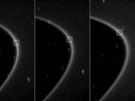 Diese Aufnahmen von Cassini entstanden im letzten Herbst aus ca. 1,2 Millionen Kilometern Entfernung, im Abstand von zehn Minuten. Sie zeigen das neue Objekt, das als kleiner Strich in einem hellen Bogen des lichtschwachen G-Rings sichtbar ist. Wegen der langen Belichtungszeit von 46 Sekunden erscheint der neue Himmelskörper als Strich, der sich aber im Gegensatz zu den Strichspuren der Sterne, mit den anderen Objekten im Ring weiter bewegt.