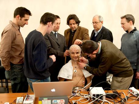 Proband Cyrille Fournier macht sich mit den humanphysiologischen Experimenten vertraut.