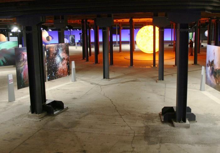 Ein leuchtendes Modell der Sonne bildet das Zentrum der ebenerdigen Sonnensystem-Ausstellung.