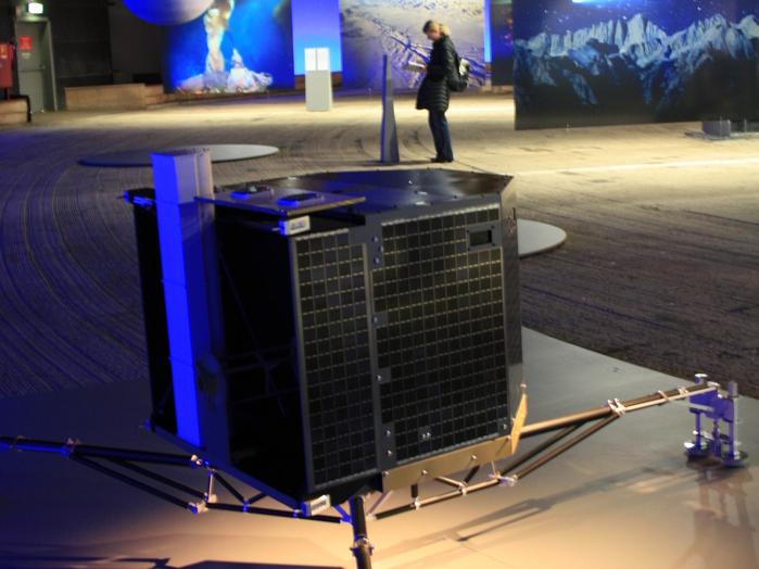Der formschöne Kometenlander Philae ist immer wieder gern gesehenes Ausstellungsstück. An Bord der Sonde Rosetta ist er auf dem Weg zu seinem Zielobjekt 67P/Churyumov-Gerasimenko