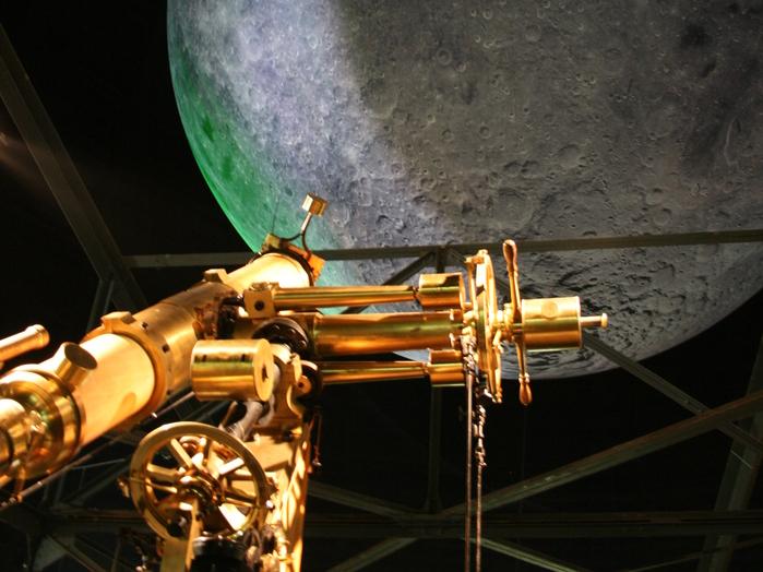 Die Geschichte der Sonnensystem-Erforschung ist das Thema auf der zweiten Ebene. Hier ergeben sich bereits erste Blicke auf den riesigen Mond, der im Luftraum des Gasometers zu schweben scheint