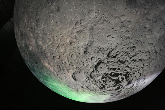 Der ballonartige Mond mit einem Durchmesser von 25 Metern ist das beherrschende und beeindruckendste Ausstellungsstück. Eine Lichtinstallation simuliert die Mondphasen; die Darstellung der Oberfläche basiert hauptsächlich auf Fotos der Raumsonde Clementine. Der Blick von oben macht schwindelerregend fühlbar, was Leere und Dunkelheit bedeuten.