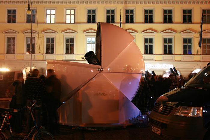 """Impressionen von der öffentlichen Beobachtungsveranstaltung """"100 Stunden Astronomie"""" auf dem Odeonsplatz in München (Bildrechte: Martin Rietze/ Baader-Planetarium"""