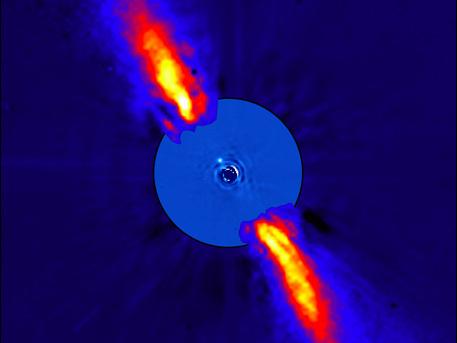 Das aus mehreren Aufnahmen zusammen gesetzte Falschfarbenbild zeigt die unmittelbare Umgebung von Beta Pictoris in nahen Infrarotlicht. Der jetzt auf alten Aufnahmen entdeckte Exoplanet ist tausend Mal schwächer als Beta Pictoris selbst und ist etwa acht Mal weiter von dem Stern entfernt als die Erde von der Sonne.