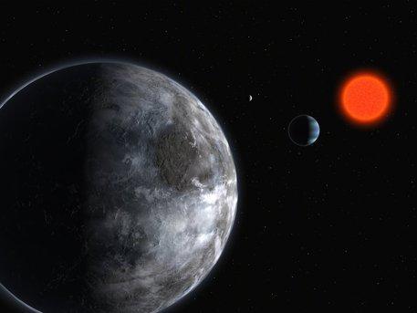 Künstlerische Darstellung des Roten Zwergsterns Gliese 581. Mit Hilfe des 3,6-Meter-Telescops der Europäischen Südsternwarte ESO haben Astronomen bisher drei relativ massearme Exoplaneten mit fünf, acht und 15 Erdmassen in unmittelbarer Nähe von Gliese 581 entdeckt. Der Planet mit fünf Erdmassen (Gliese 581 c, im Vordergrund) braucht 13 Tage für einen Umlauf um seinen Stern. Die beiden anderen benötigen fünf (Gliese 581 b, blau) und 84 Tage (Gliese 581 d, der entfernteste Planet) für eine Umrundung von Gliese 581.