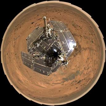 Fast so sauber wie am ersten Tag: Das Rundum-Selbstporträt des Nasa-Rovers Spirit zeigt, dass die Solarzellen noch immer blank sind - obwohl der Roboter bereits seit Jahren auf dem Mars unterwegs ist. Nasa-Techniker glauben, dass regelmäßige Windböen den Staub wegblasen.