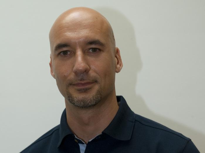 Luca Parmitano wurde 1976 in Paterno, Italien, geboren. Er hat ein Diplom in Luft- und Raumfahrtwissenschaften der italienischen Luftwaffen-Akademie and erhielt eine umfassende Ausbildung an der französischen Testpilotenschule EPNER in Istres. Hauptmann Parmitano ist Pilot bei der italienischen Luftwaffe. Seine Hobbys sind Tauchen, Klettern und Gleitschirmfliegen.