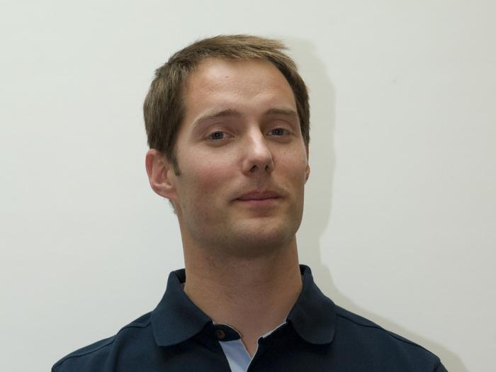 Thomas Pesquet wurde 1978 in Rouen, Frankreich, geboren. Er erhielt einen Master der Ecole Nationale Supérieure de l'Aéronautique et de l'Espace in Toulouse, Frankreich. Er war als Forschungsingenieur bei der französischen Raumfahrtagentur CNES tätig und wurde anschließend Pilot bei der Air France, wo er derzeit das Modell Airbus A320 fliegt. Seine Hobbys sind Joggen, Schwimmen, Squash und Judo sowie Tauchen und Gleitschirmfliegen.