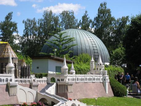 """Das Planetarium in Klagenfurt befindet sich neben dem Miniaturpark """"Minimundus""""."""