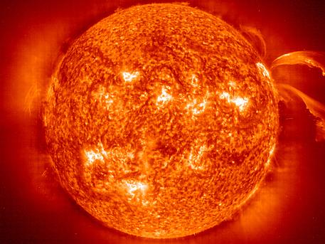 Die Aufnahme des EIT-Instruments auf der Raumsonde SOHO zeigt die turbulenten Strukturen der Chromosphäre.