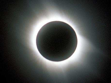 Die Fotografie zeigt die Korona der Sonne, die für das bloße menschliche Auge nur während einer totalen Sonnenfinsternis sichtbar wird. Dann ist das Licht der Photosphäre durch den Mond vollständig abgedeckt.