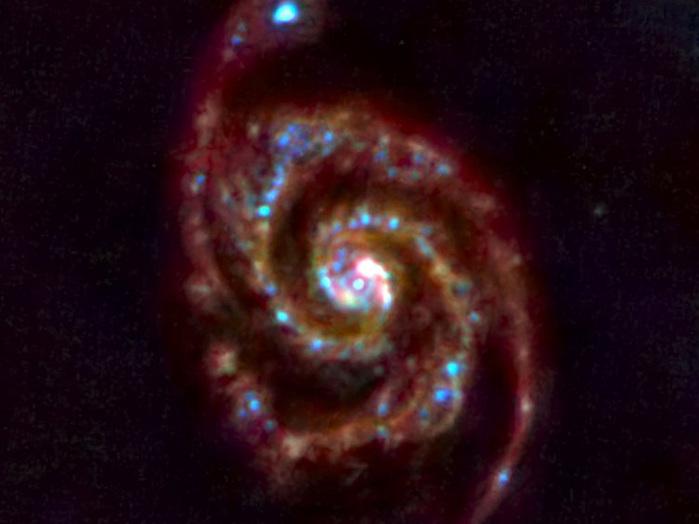 Das erste Bild des europäischen Weltraumteleskops Herschel zeigt das Gebiet der Galaxie M51. Sie liegt circa 31 Millionen Lichtjahre entfernt.