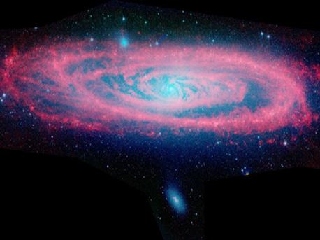 Diese Komposit-Aufnahme aus über 3000 Aufnahmen des Weltraumteleskops Spitzer Space Telescope zeigt ein Infrarotbild der Andromedagalaxie M31, in der der Staub rot und alte Sterne blau dargestellt sind. Die Andromeda-Galaxie ist eine massereiche Spiralgalaxie in etwa 2,5 Millionen Lichtjahren Entfernung zu unserer Milchstraße. Mit einem Durchmesser von etwa dem Doppelten der Milchstraße ist sie die massereichste Galaxie in unserer näheren Umgebung.