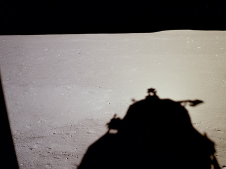 20. Juli 1969: Das erste Bild, das auf dem Mond entstand. Wenige Minuten nach der Landung, aus dem Fenster der Mondlandefähre.