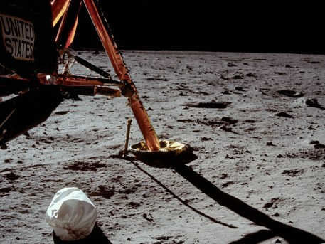 """20. Juli 1969: Das allererste Bild von der Mondoberfläche. Die beiden berühmten Bilder mit dem """"historischen ersten Fußabdruck"""", die stets als die ersten Bilder von der Mondoberfläche bezeichnet werden, wurden tatsächlich etwa 20 Minuten später gemacht, und zeigen den Fuß von Edwin Aldrin. Das Bild zeigt einen Landeteller der Mondlandefähre mit einer verbogenen Kontaktsonde. Diese Kontaktsonden - sie waren an drei der vier Beine angebracht - zeigten den Astronauten den Bodenkontakt bei der Landung an, und waren ein Indikator dafür, wann das Landetriebwerk abzuschalten sei."""