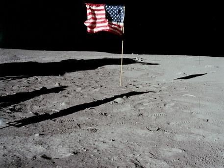 """20. Juli 1969: Die amerikanische Fahne. Die Astronauten hatten große Schwierigkeiten, die Flagge in den Mondboden zu rammen. Leider gelang es ihnen nicht besonders gut. Beim Start stürzte die Fahne um. Wenn """"Tranquillity Base"""" dereinst zur historischen Stätte erklärt werden wird, und Touristen diesen Ort besuchen, werden sie die amerikanische Fahne im Staub neben der Landestufe des """"Eagle"""" liegen sehen."""