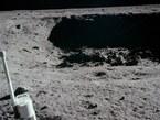 20. Juli 1969: Diesen kleinen, aber gefährlich steilen und felsigen Krater konnte Neil Armstrong in der letzten Phase der Landung gerade noch umfliegen, als er nur noch Treibstoff für weniger als 30 Sekunden an Bord hatte. Eagle landete schließlich direkt neben diesem Krater.