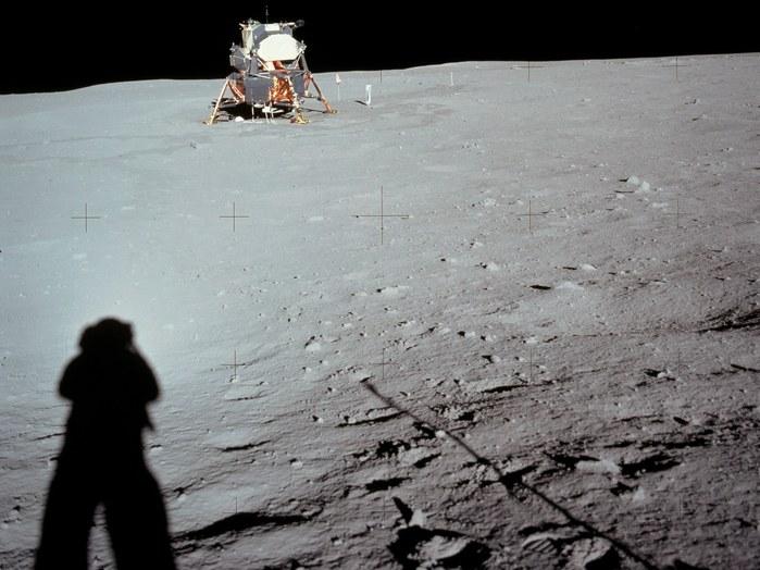 20. Juli 1969: Die Astronauten waren angewiesen, sich bei dieser ersten Mondlandung nicht mehr als etwa 30 - 40 Meter von der Fähre zu entfernen. Neil Armstrong ließ es sich trotzdem nicht nehmen, sich immerhin etwa 70 Meter vom Lander zu entfernen. Dabei entstand auch dieses Foto.