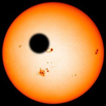 Fotomontage unter Verwendung einer Sonnenaufnahme durch den Satelliten SOHO