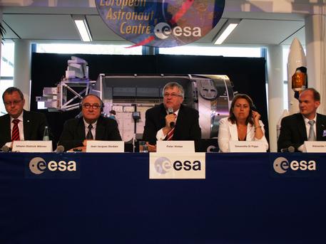 Die Grandenvon ESA und DLR sowie der Technologie-Staatssekretär begrüßten Alexander Gerst im Europäischen Astronautenzentrum (EAC) und stellten ihn offiziell vor. Von links: Johann-Dietrich Wörner, DLR-Vorstandsvorsitzender; Jean-Jacques Dordain, ESA-Generaldirektor; Staatssekretär Peter Hintze (Bundesministerium für Wirtschaft und Technologie); Simonetta di Pippo, Direktorin für bemannte Raumfahrt bei der ESA; Alexander Gerst, ESA-Astronaut.