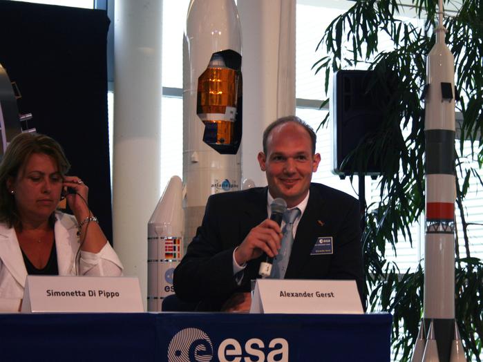 Der neue Raumfahrtkandidatbenennt seine Ziele als Astronaut: Er will die Faszination, die das All auf ihn ausübt, an möglichst viele Menschen weitergeben.