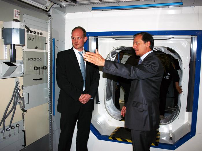 Michel Tognini, Leiter des Europäischen Astronautenzentrums (EAC), erläutert Gerst das Innenleben des Columbus-Moduls.
