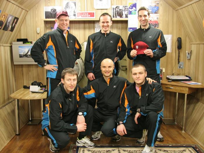 Die Mars500-Mannschaft nach der Hälfte der Experiment-Laufzeit, oben rechts der Deutsche Oliver Knickel