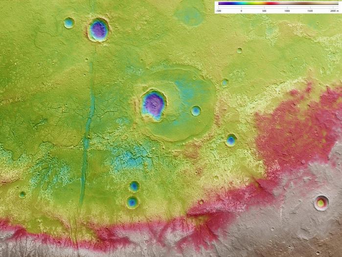 In dieser Darstellung werden die topographischen Informationen auf die hoch auflösende Aufnahme des Nadirkanals der HRSC übertragen, des senkrecht nach unten blickenden Kanals; Norden ist rechts im Bild.