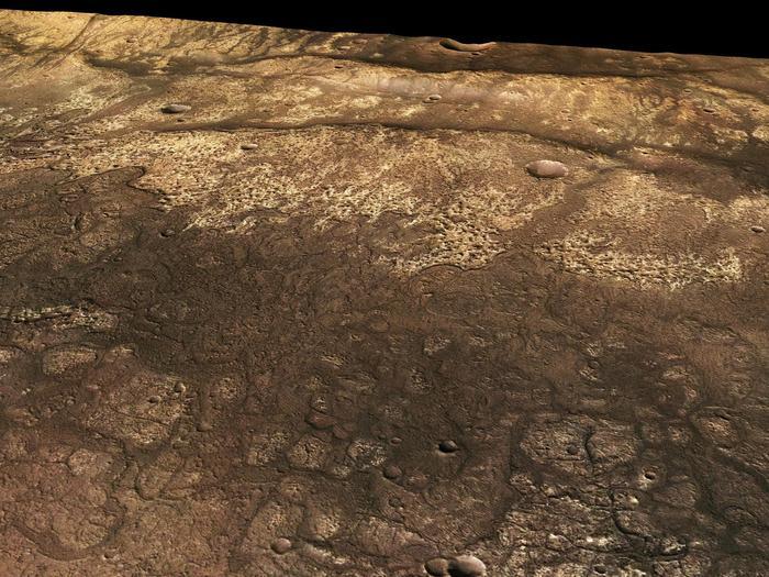 """Aus den schräg auf die Oberfläche gerichteten Stereo- und Farbkanälen des Kamerasystems HRSC können realistische, perspektivische Ansichten der Marsoberfläche erzeugt werden. Das Bild zeigt einen Blick von Südwesten nach Nordosten über die Fließfronten von erkalteten Lavaströmen in der Region Ma'adim Vallis im Marshochland.  Die Lavaströme haben ihr vorderes Ende an einer Geländestufe, die durch einen etwa tausend Meter hohen so genannten """"Runzelrücken"""" gebildet wird. Sie sind vermutlich auf Kompressionsvorgänge in der oberen Kruste zurückzuführen. Die Runzelrücken sind erst nach dem Lavastrom gebildet worden. Verbreitet sind Dünenfelder von angewehtem Marsstaub und -sand auf den Lavaebenen zu erkennen."""