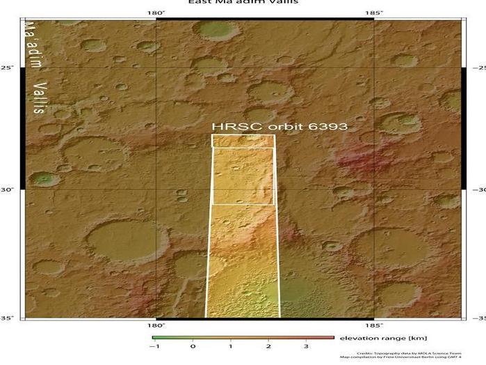 Der Canyon Ma'adim Vallis ist neben den berühmten Valles Marineris einer der größten Canyons auf dem Mars. Er liegt zwischen der Vulkanregion Tharsis und dem Hellas-Einschlagsbecken im südlichen Marshochland. Ma'adim ist der hebräische Name für den Planeten Mars.  Die Abbildungen zeigen einen südöstlich von Ma'adim Vallis gelegenen Teil der Region, bei 29 Grad südlicher Breite und 182 Grad östlicher Länge (dick umrandetes Gebiet). Das Gebiet wurde mit der vom Deutschen Zentrum für Luft- und Raumfahrt (DLR) betriebenen hochauflösenden Stereokamera HRSC von der ESA-Sonde Mars Express am Heiligabend 2008 im Orbit 6393 aus einer Höhe von etwa 325 Kilometern aufgenommen. Das dünn umrandete Gebiet zeigt den gesamten HRSC-Bildstreifen. Die Bildauflösung beträgt circa 15 Meter pro Bildpunkt (Pixel). Mit einer Fläche von fast zehntausend Quadratkilometern ist das abgebildete Gebiet damit etwa so groß wie die Mittelmeerinsel Zypern.