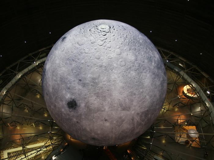 """Als riesige Skulptur ist in der Ausstellung der mit 25 Metern Durchmesser """"größte Mond auf Erden"""" zu sehen."""