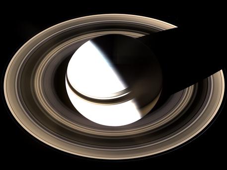 Die dem Bild zugrunde liegenden Einzelaufnahmen machte die Raumsonde Cassini am 19. Januar 2007. Um auch den dunklen Teil der Ringe abzubilden, wurden Belichtungs-Zeiten verwendet, die den Saturn selber überbelichtet beziehungsweise weiß darstellen. Ein Teil der Ringe liegt in Saturns Schatten.