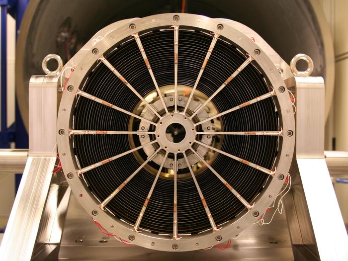 Ein eROSITA-Spiegelmodul beim Einbau in die Röntgen-Testanlage PANTER. Als Ingenieurmodell enthält dieses Modul 27 der insgesamt 54 Spiegelschalen.