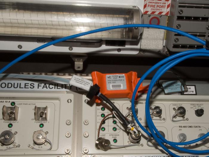 Das DOSIS-Experiment des DLR-Instituts für Luft- und Raumfahrtmedizin an Bord der ISS setzt sich aus einem passiven und einem aktiven Detektorteil zusammen. Die passiven Detektoren - Passive Detector Packages (PDP) - wurden an zehn Positionen innerhalb des europäischen Columbus-Moduls angebracht, um ein vollständiges Bild über die Verteilung der Strahlenbelastung innerhalb des Moduls zu liefern.