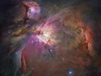 Die Aufnahme des Hubble-Weltraumteleskops zeigt den Orionnebel. Er leuchtet, weil seine Gasmassen durch die Strahlung benachbarter Sterne angeregt werden und Licht aussenden.