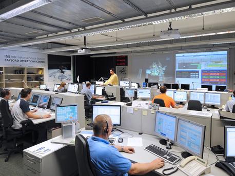 Blick in das Nutzerzentrum für Weltraumexperimente MUSC des Deutschen Zentrums für Luft- und Raumfahrt (DLR) in Köln. Von hier aus wird das neue Labor MSL (Materials Science Laboratory) gesteuert.