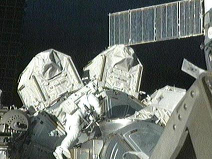 Fuglesang abandona la esclusa Quest comenzando el tercer paseo espacial de la misión STS-128