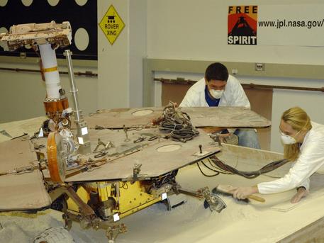 Bevor die Missionskontrolleure den festgefahrenen Rover Spirit auf dem Mars wieder bewegen, wollen sie alle Gefahren abschätzen. Seit zwei Monaten testen die Marsforscher in Pasadena mögliche Manöver an zwei Testrovern.