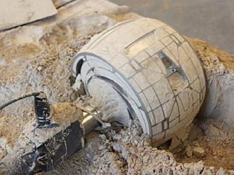Am Einzelrad-Teststand beim DLR-Institut für Raumfahrt-Systeme in Bremen lässt sich das Gewicht der Räder genau einstellen. Das Rad im Teststand ist damit exakt so schwer wie sein Pendant auf dem Mars. Ein Vorteil gegenüber den Testrovern beim Jet Propulsion Institut (JPL) in Pasadena, wo die beiden Testrover durch die größere Schwerkraft auf der Erde schwerer sind als Spirit auf dem Mars. Außerdem können die Forscher in Bremen die Kräfte, die bei laufendem Antrieb auf das Rad wirken, genau messen.
