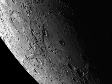 Dieses Foto von Merkur ist ein Mosaik aus mehreren Aufnahmen der südlichen Hemisphäre des Planeten, die beim zweiten Merkur-Vorbeiflug der Sonde am 6. Oktober 2008 entstanden sind. Es zeigt ein großes Einschlagbecken von 715 Kilometern Durchmesser, das bei der Auswertung der Aufnahmen entdeckt wurde und später nach dem holländischen Maler Rembrandt benannt wurde. Die Merkur-Oberfläche ist seit mehreren Milliarden Jahren von geologischen Prozessen kaum verändert worden. Dies belegen die unzähligen Einschlagkrater, die aus der Frühzeit des Sonnensystems stammen. Große, relativ glatte Flächen deuten darauf hin, dass es auch auf dem Merkur Vulkanismus gegeben haben muss.