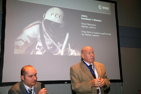 Alexei Leonov mit Übersetzer (links) am ESOC in Darmstadt