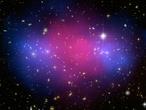 Bei der Kollision von zwei riesigen Galaxienhaufen entmischten sich gewöhnliche Materie (rosa) und Dunkle Materie (blau).