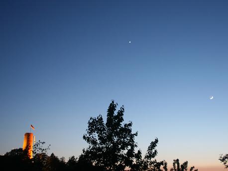 Der Planet Venus zusammen mit dem zunehmenden Mond am Abendhimmel