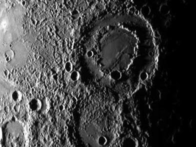 Neuer doppelwandiger Krater auf Merkur, den Messenger auf seinem dritten Vorbeiflug fotografierte.